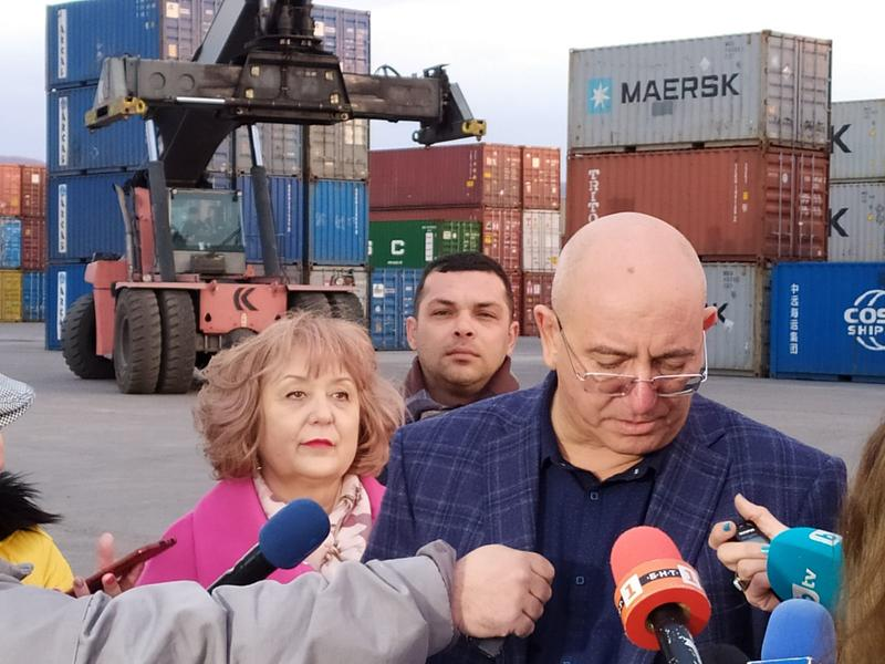 Министър Димитров провери връщането от Варна на 54 контейнера италиански отпадъци - 6