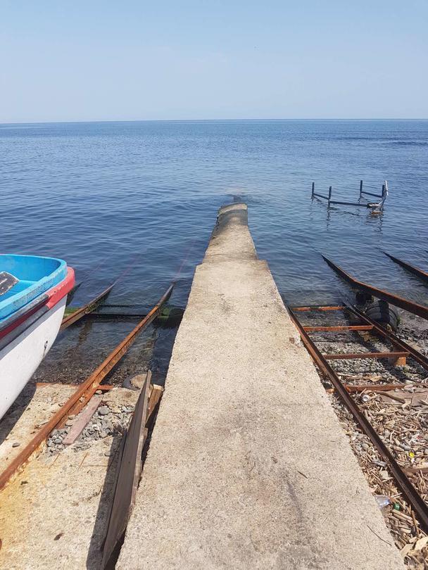 Тръба излива отпадни води при плаж Бутамята - 01