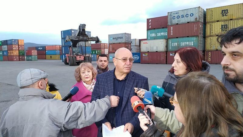 Министър Димитров провери връщането от Варна на 54 контейнера италиански отпадъци - 01