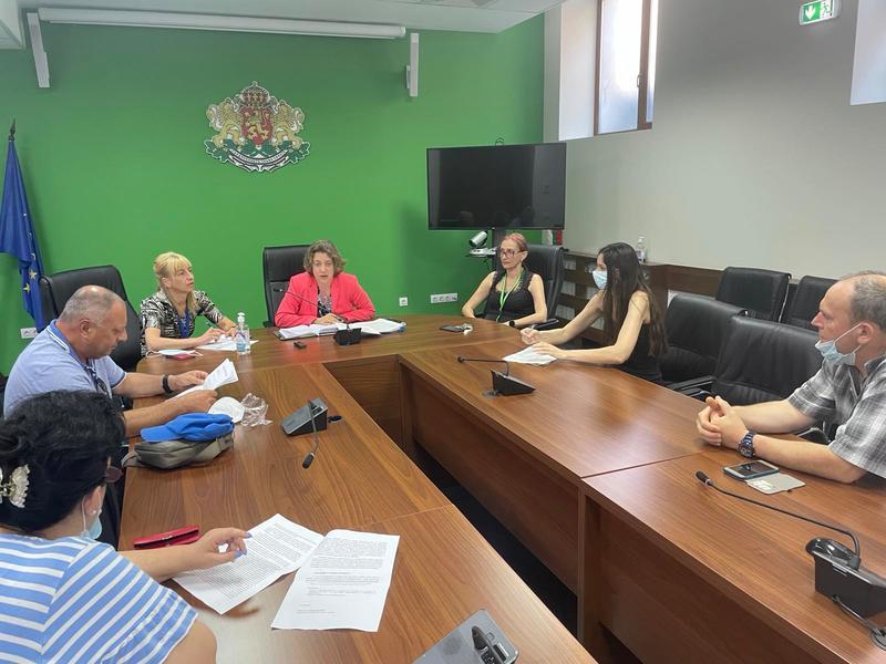 Зам.-министър Емилия Тончева се срещна с представители на протестиращите граждани от Бяла - 01