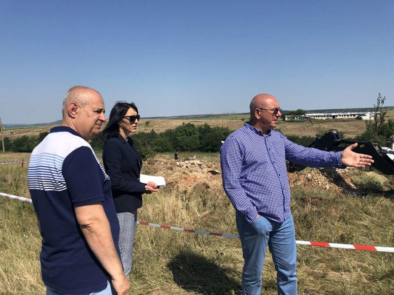 Министър Димитров и зам.-главен прокурор Десислава Пиронева при проверка на обекта край село Радомирци - 2