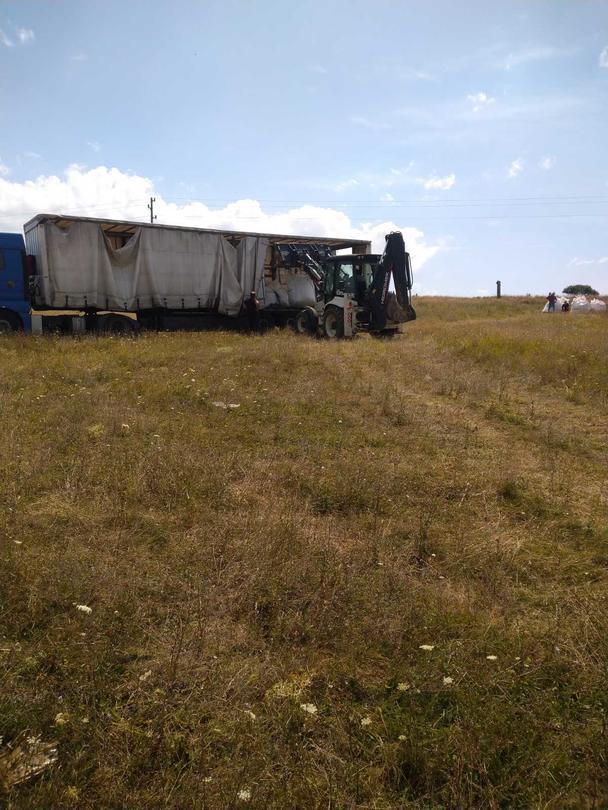 Снимка от натоварването на пестицидите от обекта край село Радомирци - 9